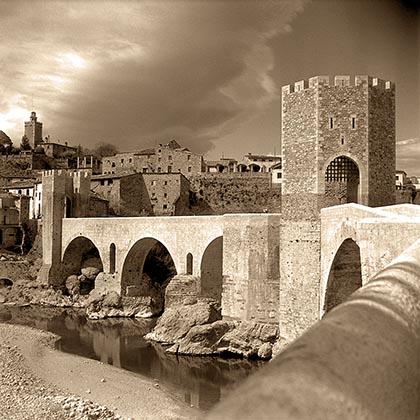 Бесалу. Восстановленный мост на фотографии 1966 года