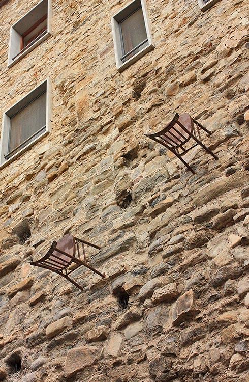 Бесалу. Стулья на стенах домов