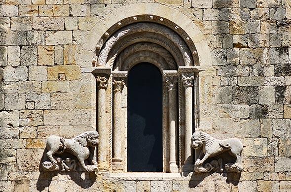 Бесалу. Фасад церкви Святого Петра