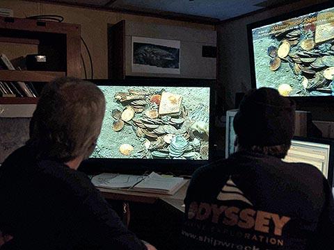 Команда корабля Odyssey Explorer за работой