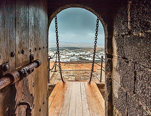 Вид на город Тегисе из крепости Санта-Барбара, Лансароте (Испания)
