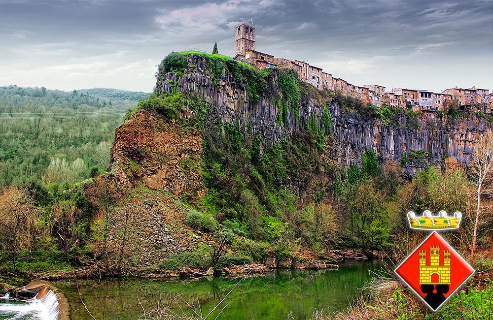 Вид на город Кастельфольит-де-ла-Рока со стороны реки Флувия
