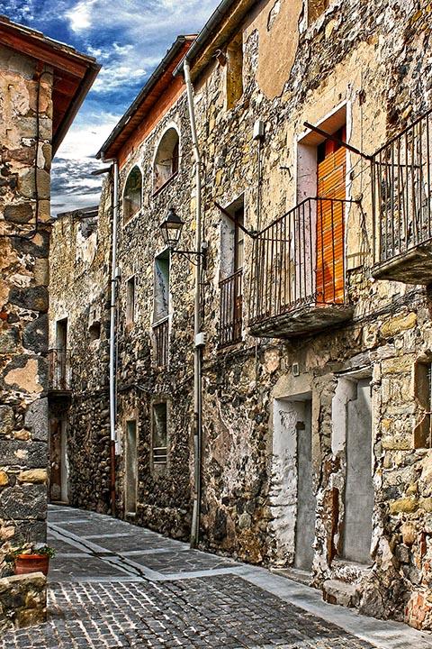 Старинные улочки города Кастельфольит-де-ла-Рока