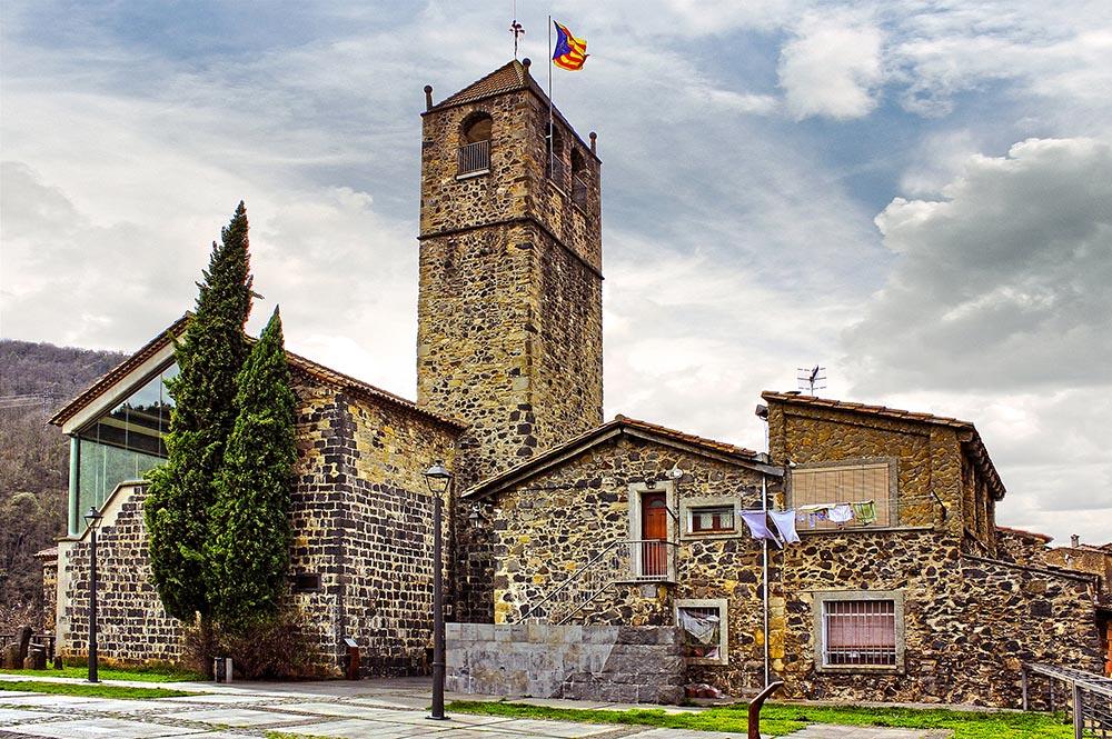 Здание бывшей церкви Сан-Сальвадор в городе Кастельфольит-де-ла-Рока