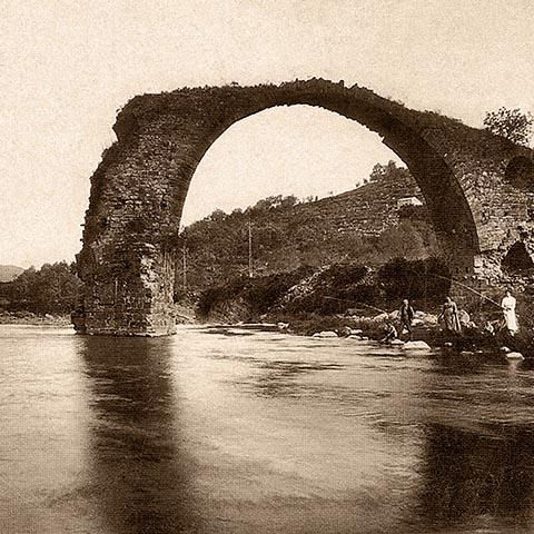 Разрушенный мост в Кастельфольит-де-ла-Рока на почтовой открытке 1915 года