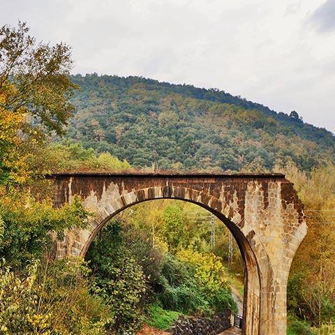 Разрушенный мост в Кастельфольит-де-ла-Рока