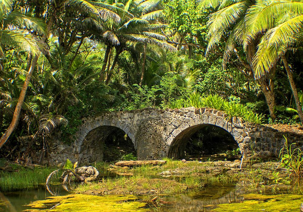Остров Гуам. Развалины испанского моста в Селла-Бей недалеко от Агаты