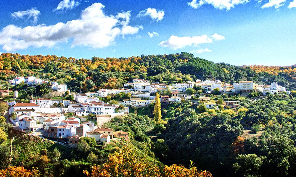Панорама деревни Хускар до того, как она стала «Деревней смурфиков»